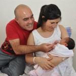 Justina Miñan Ferreyra, la primera beba nacida en La Plata tras un tratamiento de fertilización asistida gratuito, junto a sus padres, Claudia y Christian.